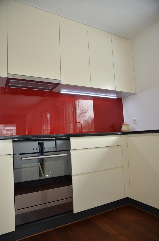 Beige lackierte Küche mit LED-Beleuchtung – Funk Innenausbau AG