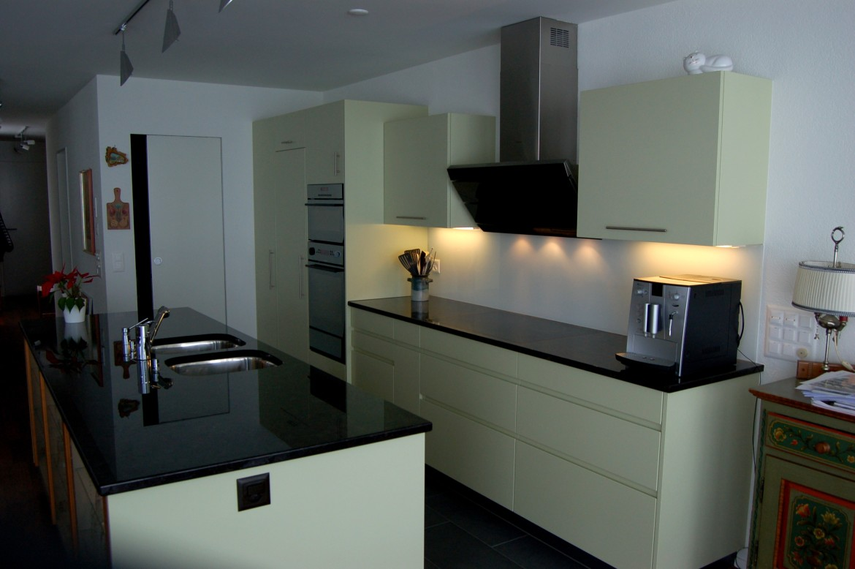 Kücheninsel mit Vitrine – Funk Innenausbau AG