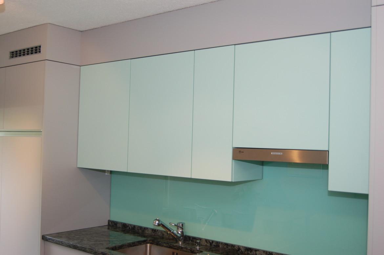 2 farbige k che mit alugriffen funk innenausbau ag. Black Bedroom Furniture Sets. Home Design Ideas